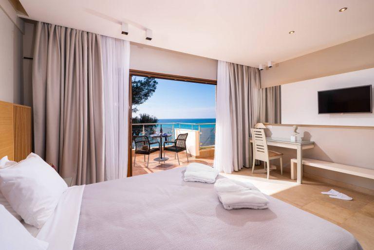 Deluxe-suite-room1